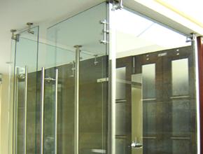 Divisiones de baño y acabados arquitectonicos