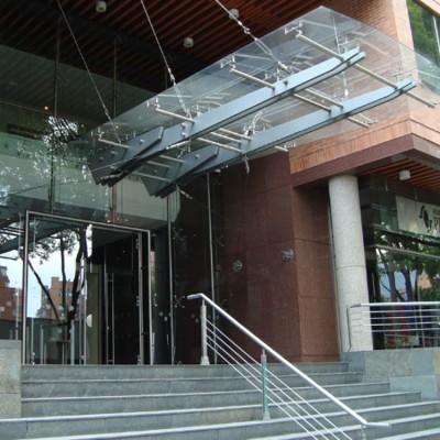 fachada en vidrio con soporte de acero inoxidable